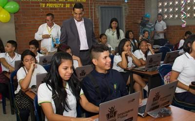 Cali se consolida como ciudad inteligente; entregan cuatro aulas digitales